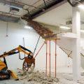 Demolición de escalera para reforma de sala de vehículos de ocasión