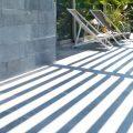 Detalle del porche y jardín